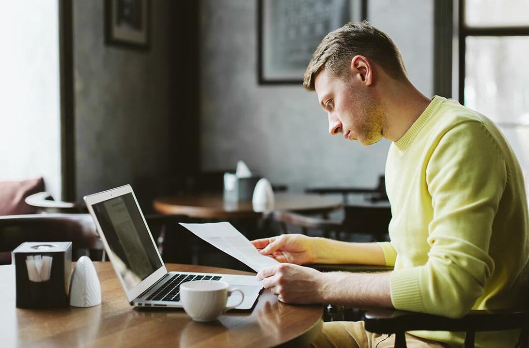 Homme dans un café avec ordinateur