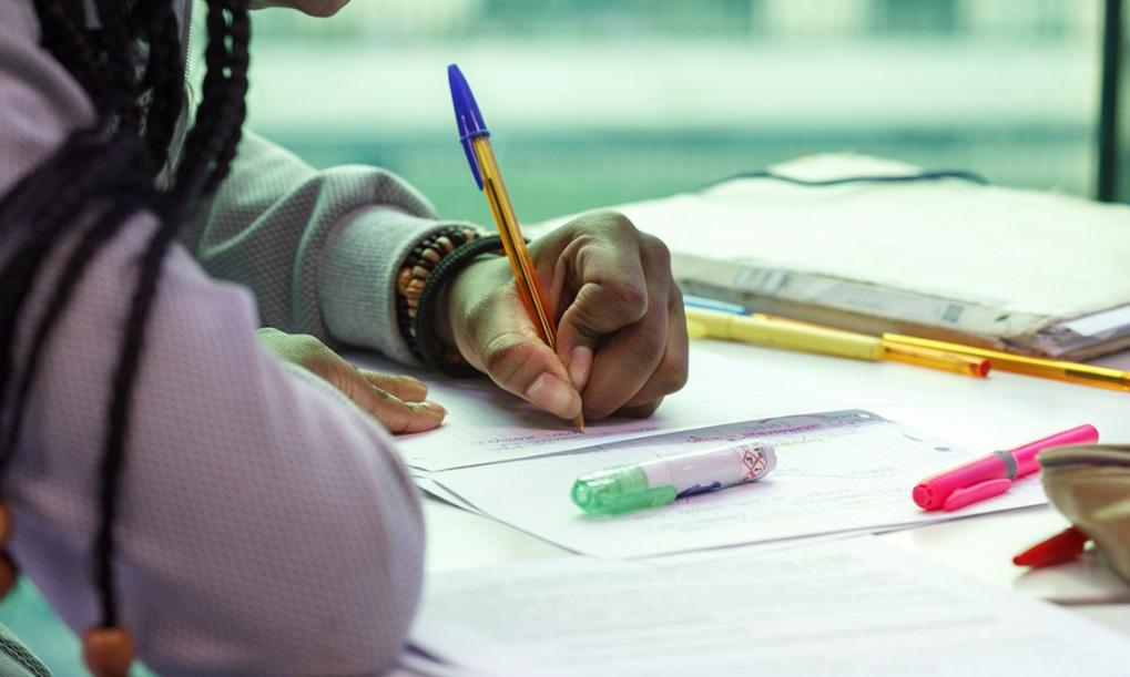 Un élève en train d'écrire