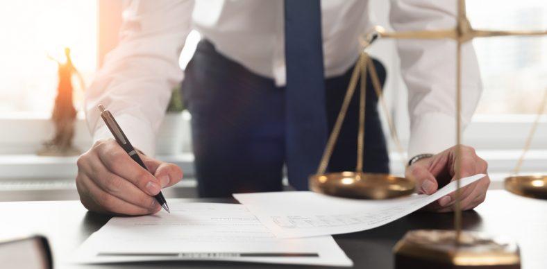 un avocat signant des papiers