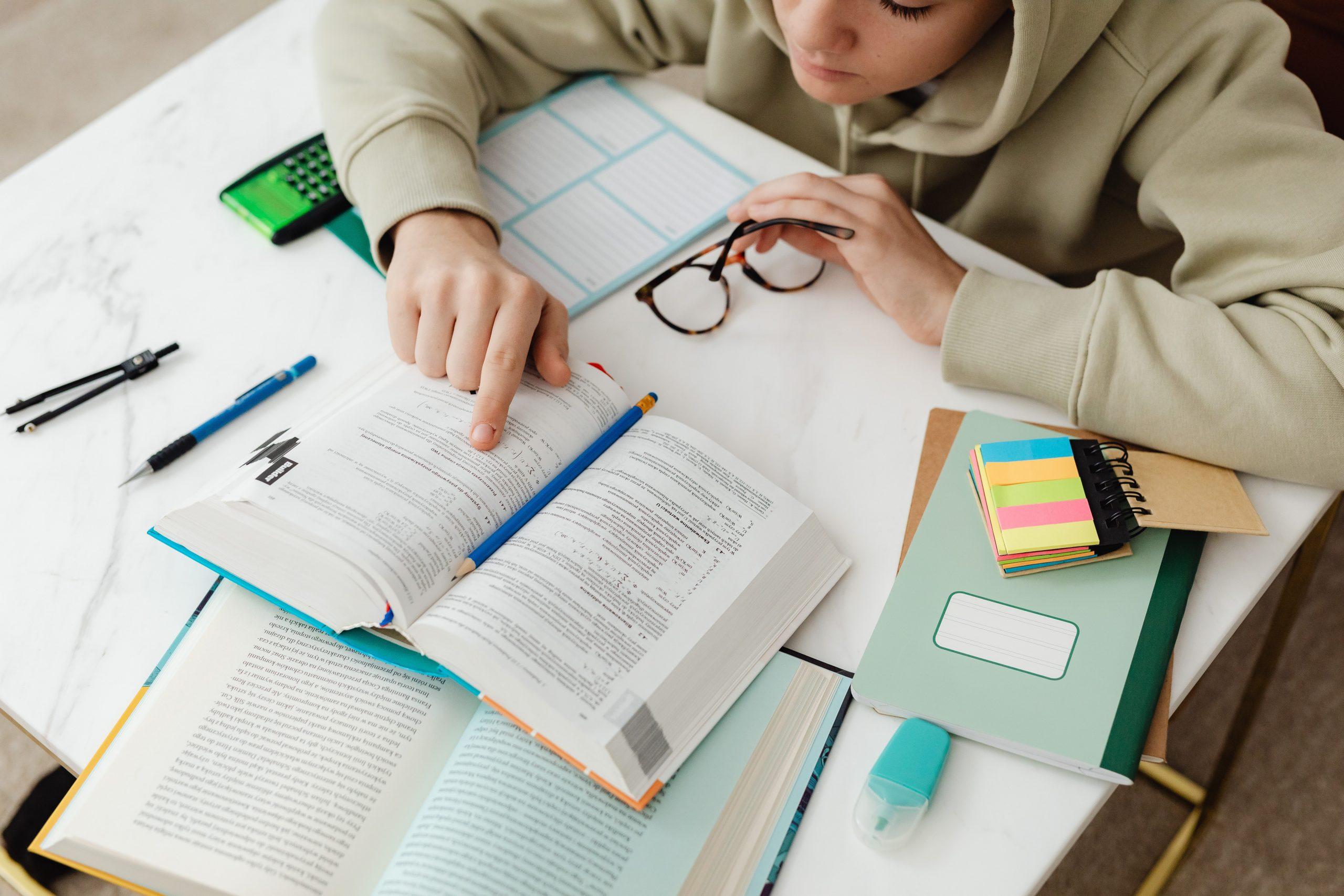 jeune adolescent étudie livre ouvert