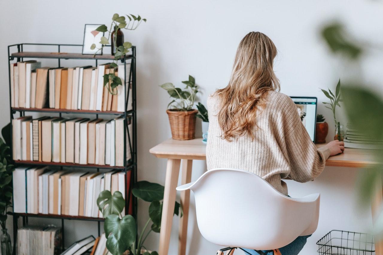 femme bureau ordinateur