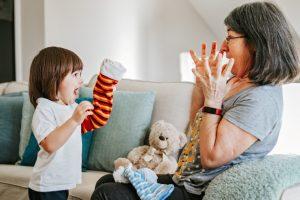 une nounou jouant avec une enfant