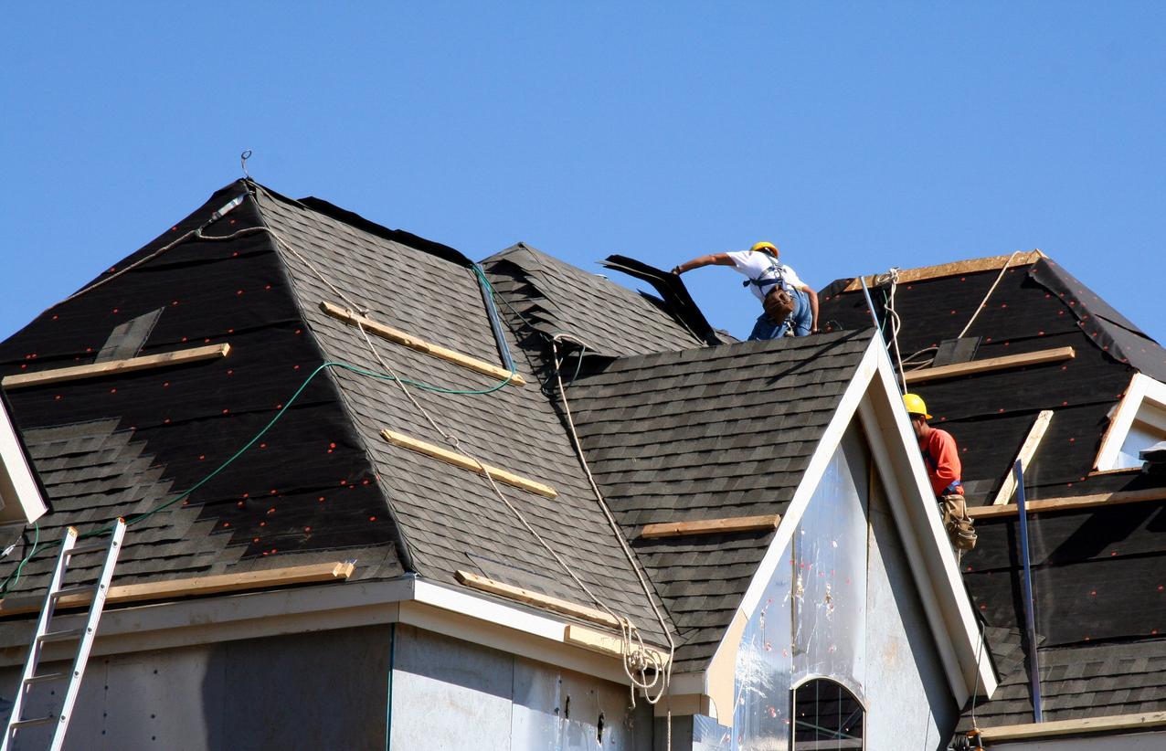 des couvreurs professionnels sur un toit
