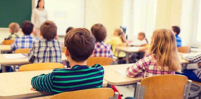 A l'intérieur d'une classe de primaire avec les élèves